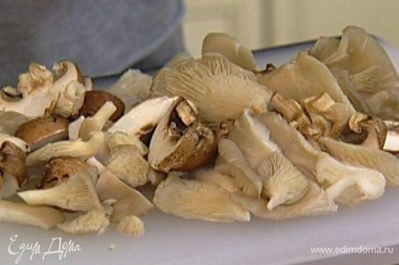 Свежие грибы вымыть, обсушить и нарезать пластинками.