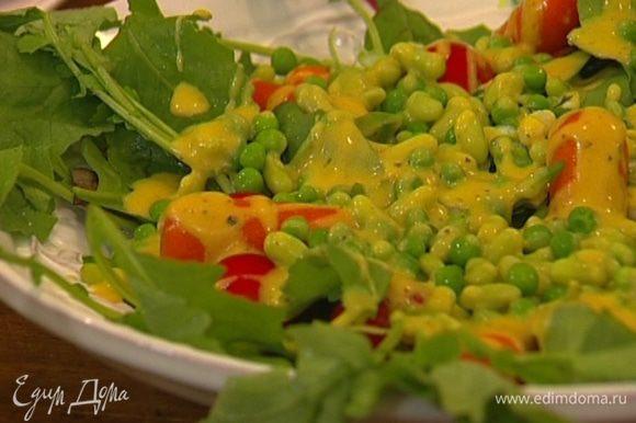 Слить воду из отваренных фасоли, моркови и горошка и отправить овощи на несколько секунд в ледяную воду, затем выложить сверху на салат. Полить заправкой и присыпать листьями мяты.