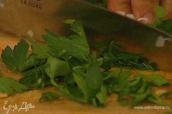 Зеленый лук и петрушку мелко порубить.