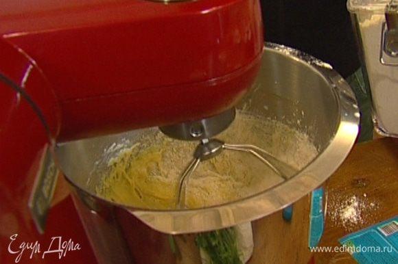 Влить 150−170 мл лавандового молока, ввести яйцо и, продолжая взбивать, довести тесто до однородной консистенции. Если тесто получается слишком жидким – добавить немного муки, если слишком густое - немного молока.