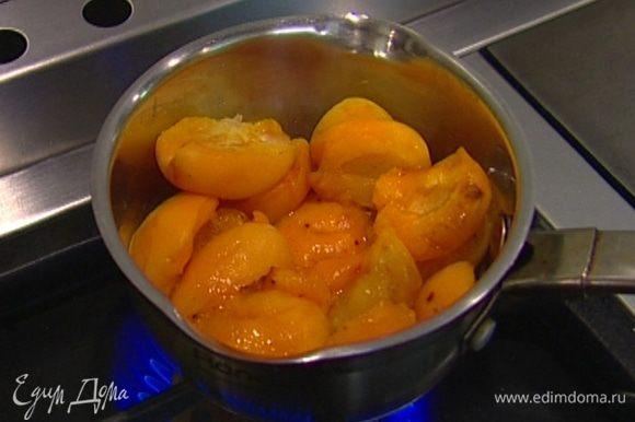 Приготовить мусс: абрикосы разломить пополам и, вынув косточки, уложить в кастрюлю, влить четверть стакана воды и томить несколько минут на медленном огне.