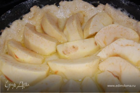 Яблоки почистили, порезали на осьмушки, сердцевину ессссно удалили. Выкладываем тесто в форму, протыкаем вилочкой в нескольких местах, я ее для верности смазала таки маслом и присыпала сухарями. Выкладываем яблоки. Отправляем в духовку при 200 градусов на 20 минут.