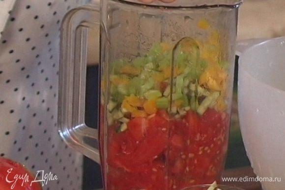 Добавить к помидорам чеснок, измельченный чили, оливковое масло, а затем половину нарезанных огурцов, луковицы, сладкого перца, зеленого лука и сельдерея.