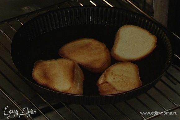 Батон нарезать кусками толщиной 1 см и подсушить его в духовке или на сковороде без масла.