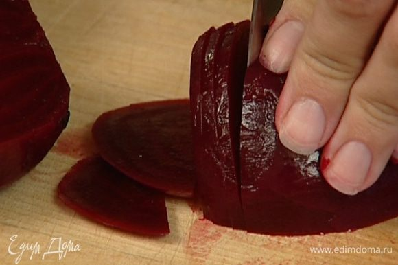 Оставшуюся свеклу нарезать кружками толщиной 1–2 мм и положить в маринад на 10 минут.