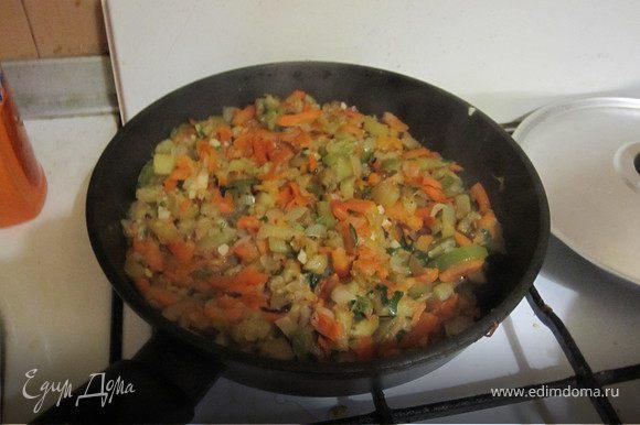 Минут через 10 добавить мелко порезанные помидоры или сок. Помешать. Порезать мелко зелень и чеснок, положить в соте и перемешать. попробовать на соль и досолить если надо. В общей сложности жарить 25-30 минут. Все овощи должны хорошо прожариться.