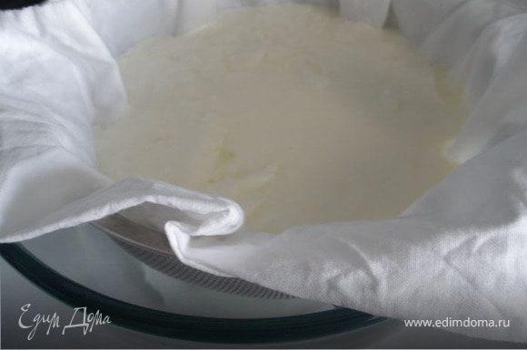 Выливаем теперь наше сквашенное молоко на ткань. Вот что получилось...