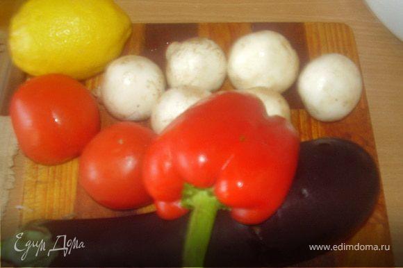 Моем овощи,грибы,чистим лук.