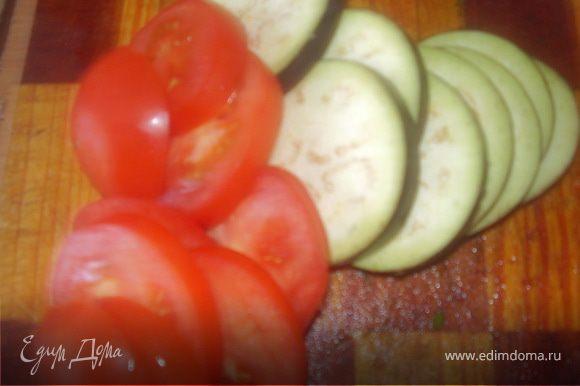 Нарезаем кружочками баклажан и помидор.