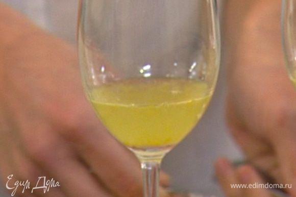 Налить в прозрачные бокалы понемногу лимонного сиропа с желатином и поставить в холодильник.