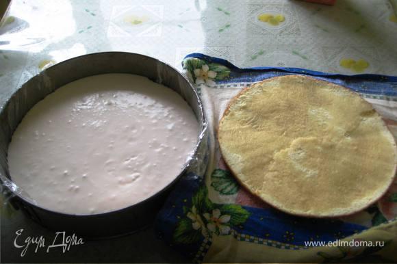 Собираем торт: На дно разъёмной формы положить 1 корж и выкладываем сверху готовое суфле.