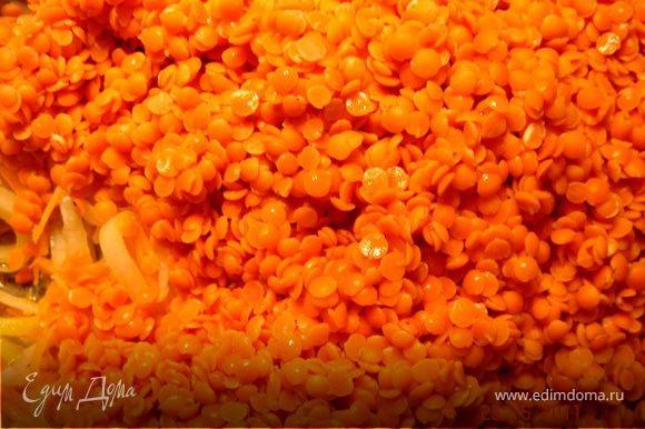 """В кастрюле на оливковом масле обжарить порезанные лук,морковь и чеснок.Добавить чечевицу,томаты и 1 л горячей воды(или куриного бульона).Количество жидкости отрегулировать по собственному вкусу.Посолить-поперчить и варить до готовности чечевицы (мин.15-20).По окончании варки добавить 1-2 ст.л.мелко нарезанного базилика.Куриные грудки замариновать в лимонном соке с оливковым маслом,посолить-поперчить,дать настояться в течении 20 мин.Быстро обжарить до готовности и порезать на кусочки.Вяленое мясо порезать на 3 части и свернуть в""""розочки"""",бекон обжарить(без масла)и подать на мясной тарелке.Можно подать сметану и зелень.Приятного аппетита!"""