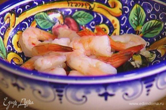 В небольшой миске соединить чили, маслины, чеснок, сок и цедру лимона. Добавить креветки, посолить и перемешать.