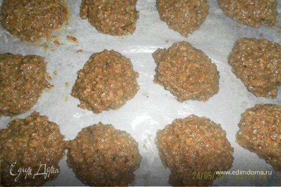 соеденить вместе все ингредиенты,если тесто получается слишком жидким добавьте орехов застелить противень бумагой для выпечки выкладываем с помощью ложки прянички и выпекаем в разогретой духовке минут 15-20
