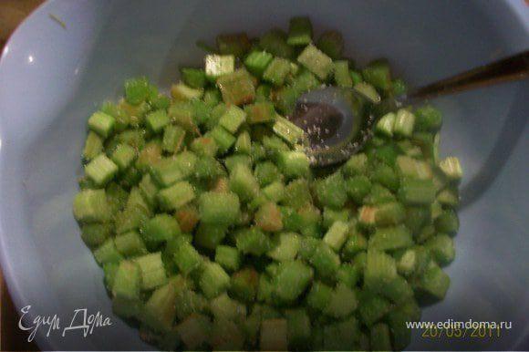 Ревень помыть, просушить, снять кожицу и нарезать кубиками, перемешать с сахаром.