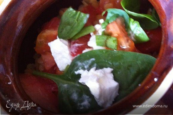 Складываем курочку в горшочек, сверху чечевицу, нарезанные помидорки, еще немного свежего шпината и сыр. Добавляем пол стакана воды. Ставим в духовку при 180 градусах 20 минут!
