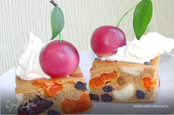 Её даже можно оформить как пирожное...украсив сливочно-творожным кремом и марципановой вишенкой.Или чем-то ещё на Ваш вкус:)