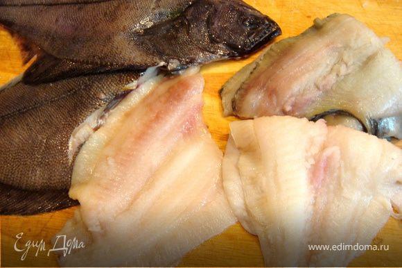 Камбалу очистить от чешуи и срезать филе(на коже),посолить,поперчить и сложить его пополам кожей внутрь.Если используете более мясистую рыбу,то складывать пополам не обязательно.