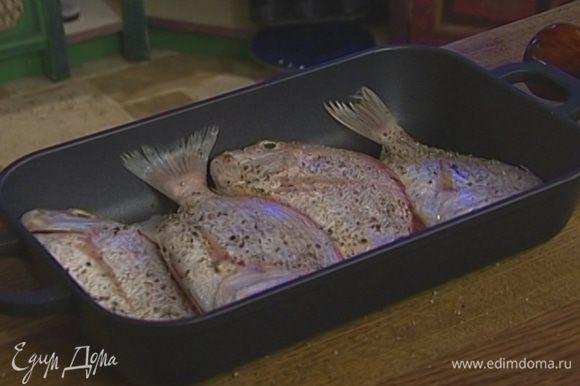 Сбрызнуть рыбу лимонным соком и оставшимся оливковым маслом и запекать в разогретой духовке, накрыв посуду крышкой.