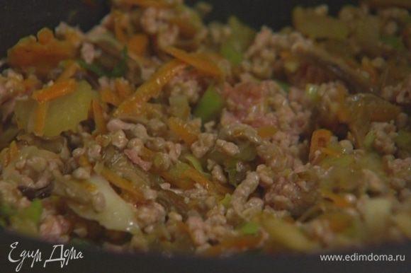 Добавить в сковороду с овощами грибы, мясо и грибную воду, посолить и тушить 5—10 минут, непрерывно помешивая.