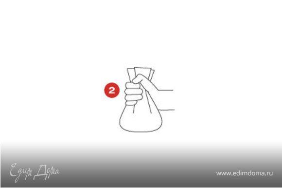 Вырезать лист кулинарной бумаги SAGA по форме блюда - кассероли (кастрюли или горшка из жаропрочного стекла или керамики), но шире на 2 см. Положить нарезанный лук на блюдо и спрыснуть бальзамическим уксусом. Выложить слоями цукини, листья базилика, кусочки перцев и помидоров на лук. Сдобрить солью и перцем, сбрызнуть оливковым маслом.
