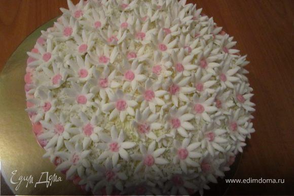 Сверху украшаем маленькими цветочками. И можно притрусить кокосовой стружкой.