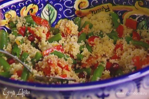 Выложить набухший кускус в салат, все посолить, полить заправкой и перемешать.