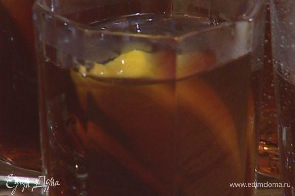 Половинку лимона разрезать на 4 части, положить в каждый стакан по дольке и подавать.