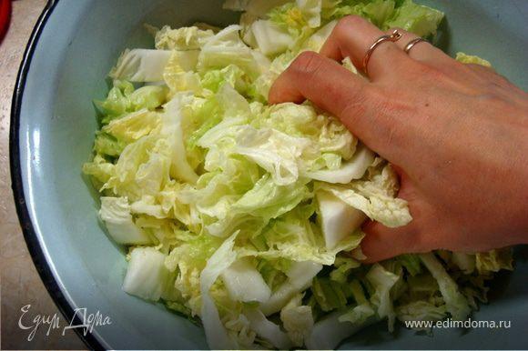 Выкладываем в тазик, посыпаем солью, сахаром и немного, нежно и ласково пожамкаем капусту ручками…