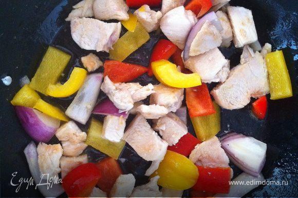 в сковородку налейте масло и положите туда курицу. когда она немного поджарится, добавьте маленький кусочек сливочного масла и сразу 1/4 сладкого лука когда лук станет мягким, бросить туда нужно перец желтый и красный