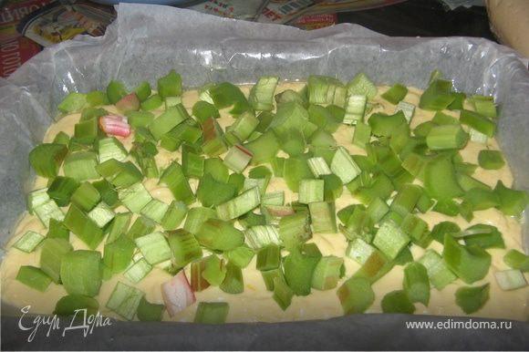 Распределить тесто по форме, сверху выложить ревень и в духовку на 25 минут.