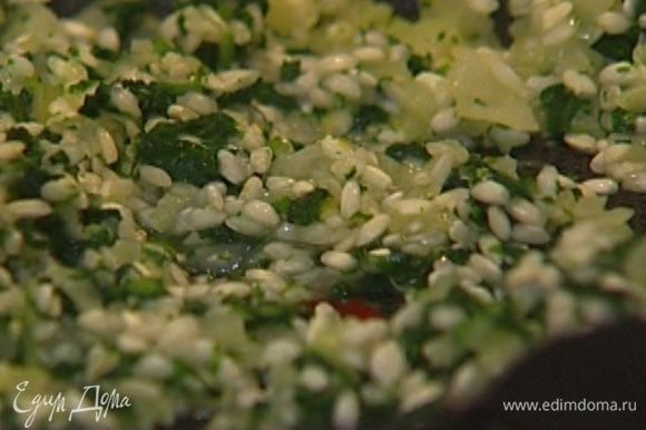 Когда лук станет мягким, добавить нарезанную крапиву, перемешать и всыпать рис. Непрерывно помешивая, прогреть рис с крапивой, затем влить вино.
