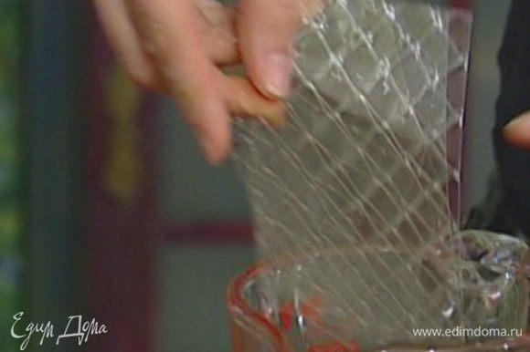 Пластинки желатина разломить пополам, залить небольшим количеством холодной воды и оставить набухать.