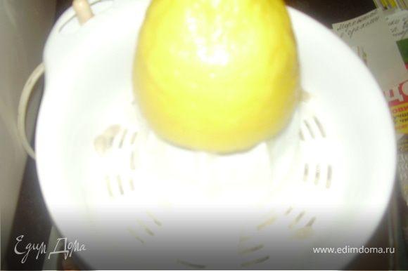 Из лимона выдавливаем сок,заливаем помытую и очищенную клубнику соком лимона,оствляем на 30 минут постоять.