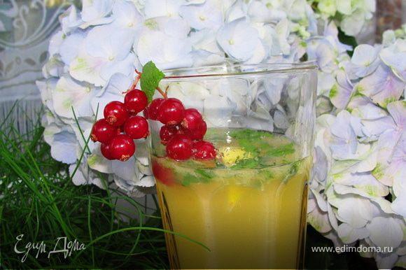 Мелко рубим мяту и засыпаем сахаром. Смешиваем в стакане соки, вливаем в стакан с мятой в сахаре и заливаем минеральной водой, добавляем лед и украшаем смородиной.
