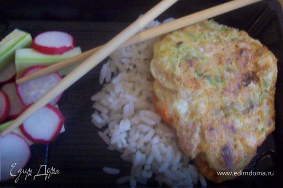 Хорошо подать с рисом и салатом из свежей редиски, кабачка и соевого соуса..)
