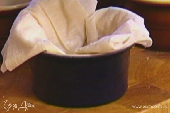 Каждый лист теста фило сложить пополам 3 раза (должны получиться многослойные квадратики) и уложить в небольшие креманки так, чтобы в середине было углубление, а края немного свешивались наружу.