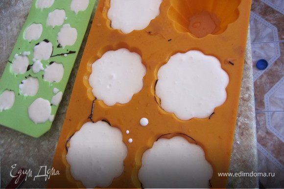 Творог, сметану, сахар положить в блендер. Все хорошо взбить минут 5-7. Добавить желатин. Хорошо перемешать(в блендере). Вылить в формочки. Поставить в холодильник на 1-2 часа.
