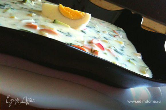 Поместите все в глубокую посуду, влейте лимонный сок по вкусу, еще немного соли и немного перчика. И наконец залейте все свеженьким вкусненьким кефиром. Перемешайте. Четвертинку яйца сверху и бон аппети!