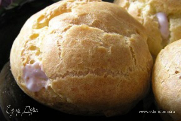 В основании пирожных сделать по небольшому отверстию и наполнить кремом с помощью кондитерского шприца.