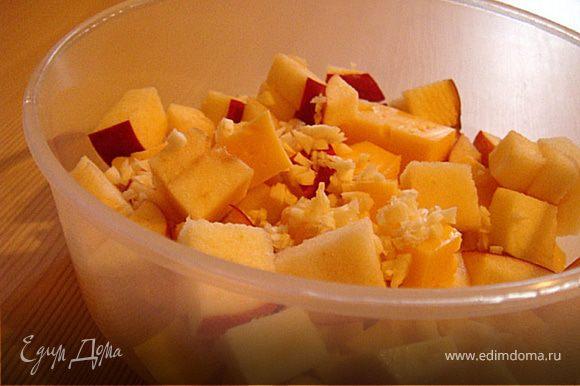 Теперь-сам салат: режем оставшийся сыр и яблоко кубиками. Чеснок- 1 дольку пропускаем через пресс или меленько режем. Добавляем к яблоку и сыру. Заправляем салат соусом и солим. Все тщательно перемешать