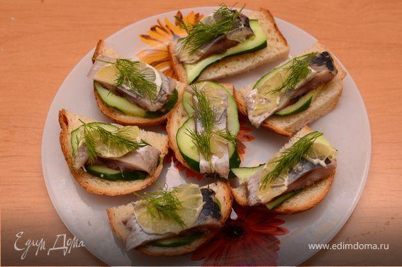 На хлеб тонким слоем намазать горчицу, положить огурец, затем сельдь, лимончик. Украсить зеленью (укропом).Приятного аппетита!