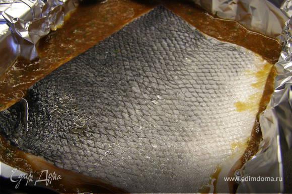 Положить рыбу кожицей наверх и отправить в духовку, разогретую до 200 градусов на 25 минут.