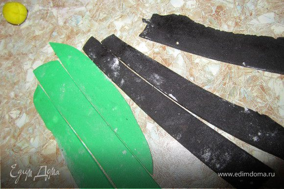 Раскатать зеленую и черную мастику. Нарезать полосками шириной 5-7 мм.