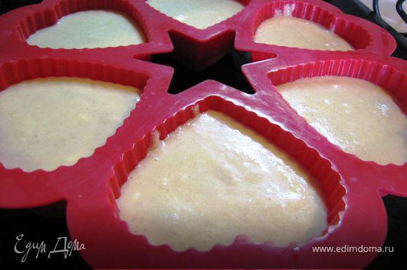 Разлить тесто по формочкам (можно выпекать в одной большой форме)
