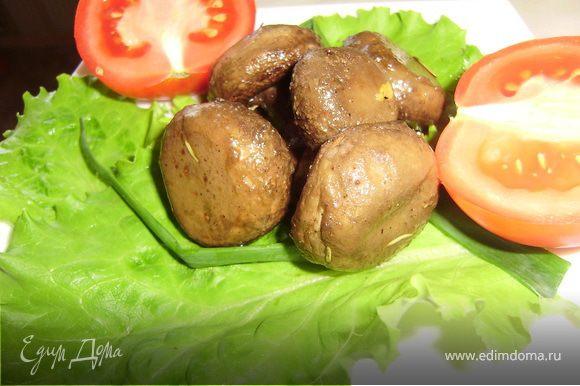 Все грибочки к праздничному столу готовы..украшаем свежими овощами и листиками салата...Приятного аппетита...
