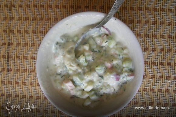 Перемешали. И тут последняя особенность, или почему я считаю свою окрошку универсальной -каждый заливает (кефир, сыворотка, квас , минералка... и т.п.)и кладет( сметану , майонез, горчицу.... и т.п.) на свой вкус, в тот момент, когда собирается есть.Окрошку храним в холодильнике как салат. Приятного!!!