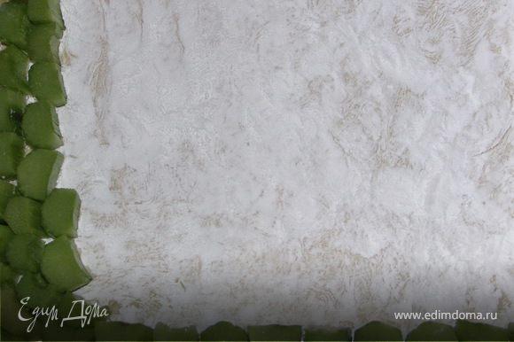 Тесто раскатать тонко и выложить в смазанную форму сделав небольшие бортики(1.5см)Посыпать тесто густо крахмалом.