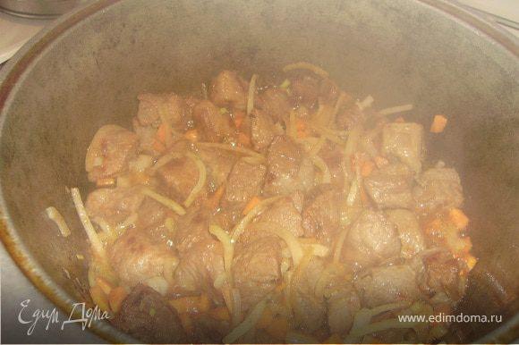 Разогреть в казане масло и обжарить мясо до золотистого цвета, добавить лук и морковку, обжарить еще минут 7...Добавить нохат и айву, залить кипятком чуть выше уровня мяса и тушить минут 25 до готовности нохата.....Посолить, поперчить, добавить кумин..
