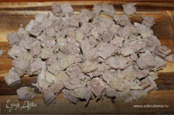 Одновременно, порезать остывшее мясо небольшими кубиками (7-10 мм).